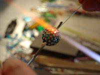 baguettes en verre et fabrication d'une perle en verre à la flamme d'un chalumeau