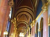 L'ouverture de quelques salons au public, nous permet d'admirer le luxe de l'intérieur, salle de parlement avec un détail sur l'écusson de la famille d'Anjou et dans les couloirs les porte-cigares numérotés pour que ces Messieurs retrouvent leur cigare à la fin de la cession.