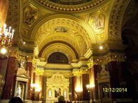 La Basilique ST Etienne se pare de couleurs pour Nöel et l'intérieur baroque est bien entretenu.
