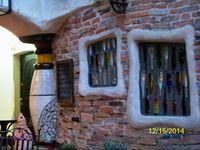 Heureusement il n'y a pas que du baroque à Vienne et nous visitons un endroit curieux, la maison de Hundertwasser. Malheuseusement nous ne pouvons prendre de photo à l'intérieur mais comme c'était un copain de Gaudi vous pouvez immaginer que c'était un artiste un peu original. Jacques pense qu'il a du beaucoup fumer dans sa jeunesse...