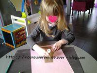 faire dessiner un  tronc d'arbre et le faire découper. Puis Margo fait le tour de ses mains avec un crayon et les découpe. Elle colle ensuite le tronc, les mains et mets des jolis stickers papillons, Elle décide ensuite d'écrire son prénom dans l'arbre. Et voilà une jolie oeuvre de printemps....