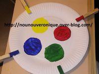 Coller les 2 assiettes en carton entre elle pour plus de solidité. Faire des pastilles de couleur avec de la peinture. Peindre le bout des pince à linge en bois de la même couleur que les pastilles. Coller une bande de carton sur le côté de la pochette en carton, coller les assiettes en carton sur la pochette (à côté de la bande de carton). mettre les pince à linge sur la bande de carton, l'enfant doit savoir faire concordé les couleurs des pinces à linge avec les pastilles sur les assiettes.