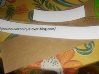 Couper une bande de 4 cm dans du carton ondulé, faire un cercle qui fasse le tour de la tête.Découper du papier crépon de la même largeur que le cercle. Plisser le papier puis agrafer le haut. Retourner le puis agrafer le bas dans le cercle de papier ondulé. Faire des étiquette dans du papier de soie Inscrire le nom de l'enfant avec la mention chef. Laisser l'enfant décorer l'étiquette à sa convenance puis coller la sur la toque.