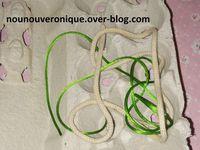Découper le fond des alvéoles de la boite d'œufs à l'aide d'un cutter. Il n'y a plus qu'a passer le lacets dans les trou et faire le nœud.  on peut ranger les lacets et ruban dans la boite quand elle ne sert pas.