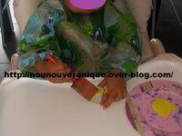 Couper des alvéoles dans la boites d'oeufs en carton. Laisser l'enfant peindre les alvéoles en jaune. Couper dans une feuille orange 2 triangles pour former le bec et les pattes du poussin. Dans la feuille jaune couper 2 triangles pour former les ailes. Coller le bec, les ailes et les pattes puis coller les yeux.