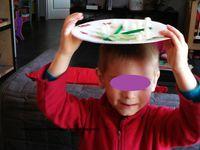 Couper en 2 la chenille verte, puis coller les sur une assiette cartonnée avec la colle à chaud. couper des feuilles dans la feuille cartonéee verte. Laisser l'enfant coller le playmais à l'aide de l'éponge humide. Puis découper les stickers et les coller autour de l'assiette.
