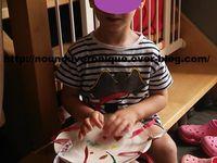 Faire coller les gommettes sur le dos des assiettes. A l'aide de la perforatrice faire des trou tout autour des assiettes. Coller les 2 assiettes entre elle après avoir mis les lantilles dans les assiettes. Décorer de ruban!!