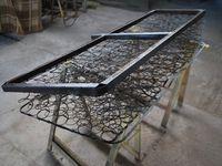 vues du chassis plancher et des portes à faux latéraux et arriére.l'ossature du siége, traitée pour réfection