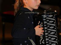 """Viel Applaus ernteten die Akkordeonistinnen Sophie Schleyer und Maya-Malin Conradi mit ihren Stücken """"Wellen im Meer"""" und """"Ein trauriger Clown"""" und dem gemeinsam gespielten Weihnachtslied """"Morgen kommt der Weihnachtmann""""."""