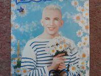 Photos prises lors de la dédicace avec le catalogue et la carte postale dédicacés