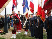 Les 42 drapeaux se profilaient sur l'horizon, Roland Chénier, dépôt de la gerbe, l'aérostèle, Solange Dubuisson