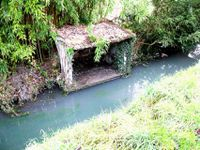 Les bords du Niclos (lavoir, cascade), les anciennes fortifications du prieuré, une ancienne pompe
