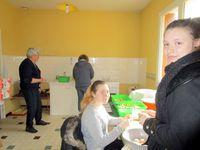 Le TTVL&#x3B; les bénévoles refont la voie de débord&#x3B; à la gare de Trôo, tandis que certaines font le ménage d'autres préparent le repas