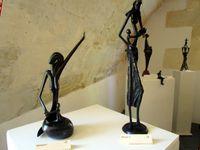 Les stagiaires&#x3B; Bamadou et Nicole&#x3B; les oeuvres de Bamadou exposées à la salle des Voûtes