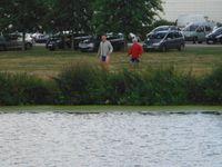 Comme des enfants &#x3B; ancien fourgon &#x3B; pendant que le gros de l'équipe se promenait sur une rive, Jean-Yves et Yannick se baladaient sur l'autre.