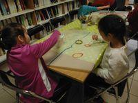 Trois énormes carpes vont prendre de la couleur selon l'imagination des enfants.