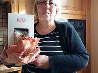 """A Noël ma fille nous avait offert un kit de pleurotes  du site """"bonjour@pretapousser.fr"""" il y a 10 jours nous l avons mis en route voici son evolution .Nous les avons mangé  ce midi avec une escalope de veau à la normande.En mettant la photo sur Facebook  ils offrent un kit gratuit pour l école de notre choix"""