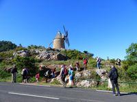 Le moulin du Rocher à gauche et au centre        Le moulin de Fontvieille à droite