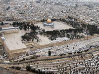 Pour vous donner une idée de l'esplanade, cliquez sur les images, il n'y a pas assez de place pour permettre aux Juifs de s'y promener tranquillement ou même de faire une prière, je dis bien à l'extérieur des mosquées?