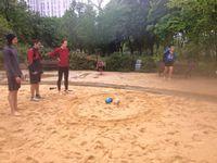 Trailball Zen. Du bac à sable atteindre l'arbre en fleur et toucher le tronc avec la balle. Seconde partie vers le panier de basket, passer entre les poteaux.