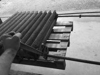 """La méthode de décapage utilisé par """"grenaillage industriel"""" en cabine des fines particules d'inox pulvérisées a 9bars soit 240kmh , le grenaillage inox la meilleur méthode de décapage permet un lissage de la fonte une remise a neuf sans trace du passé net et sans bavure en 20mn pour un radiateur avec 11/12 éléments hauteur 96cm , un résultat identique par sablage au """"sable"""" prendrai une demi journée sans lissage de la fonte , photo 9 radiateur en eau sous pression 6bars grenaillé inox fonte brute ."""