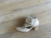 Nu pieds DKODE 6... Boots perforées DKODE 7 dans une seule couleur