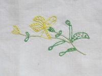 Petite nappe alsacienne brodée avec des fleurs, début du XXe siècle, Cl1-2. Elisabeth Poulain