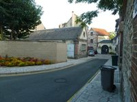 Pont de l'Arche-plateau-demeure-murs-pierre-blanche-chapeau-ruelle-mur-ciment-Cl. Elisabeth Poulain