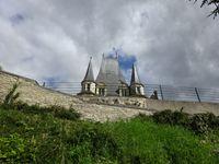 Gaillon, Château, Pavillon d'entrée, vue d'en bas, de la sente longue, église de Gaillon, Cl.Elisabeth Poulain