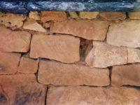 *Collonges la Rouge, Toit de lauzes noires-bleues & Mur de pierres sèches de grès rouge, Cl. Elisabeth Poulain