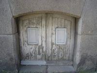Portes de soupirail, bois ou tôle, au ras du trottoir, Clichés 3-3 Elisabeth Poulain