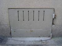Portes de soupirail, bois ou tôle, au ras du trottoir, Clichés 3-5 Elisabeth Poulain