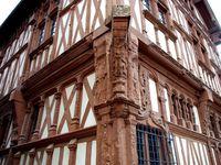 La ville a conservé et restauré ses nombreuses façades de maisons à pans de bois