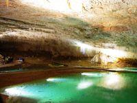Une mise en scène féérique des galeries et des rivières souterraines