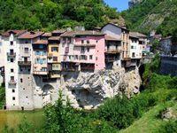 Le charme de ce village et de ses balcons suspendus