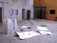 Ensemble de Laurence Nicola : installation in situ, papier, plâtre. Production la Graineterie 2015