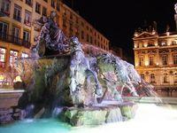 La fontaine Auguste Bartholdi, la nuit, place des Terreaux