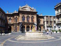 La place Bellini son théatre et sa fontaine Piazza Bellini la fontana dei Delfini
