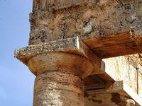 Le temple, avec ses colonnes non cannelées.