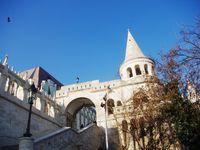 Le Palais royal, ses grilles et le haut du Bastion des Pécheurs Halaszbastya**