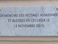Le Bataclan et la plaque en mémoire des victimes assassinées le 13 novembre 2015