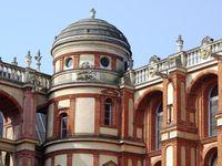 A gauche et au centre, la tour carrée du château, ancêtre de l'édifice