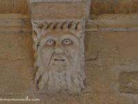 Sculptures iconogaphiques gothiques et bestiaires fantastiques, sur les chapiteaux et consoles.