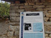 """À deux pas de la maison de Meillonnas, la tombe recouverte de végétation dans le petit cimetière. Mon billet dans l'hebdomadaire """"Voix de l'Ain"""" du 8 mai. Photos © D.P."""