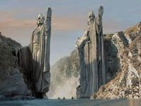 """1/ Aragorn faisant le signe maçonnique dit """"de la Fidélité"""" ou """"du cœur"""", marquant la soumission aux """"supérieurs hiérarchiques"""", les """"maîtres cachés"""" de la Franc-Maçonnerie. 2/ Statues faisant le signe dit du """"salut romain"""", repris plus tard par les fascistes. Notons qu'il y a deux statues et que les héros doivent en passer le seuil alors que les statues semble vouloir les en tenir à l'écart. 3/ Le salut des Horaces de David."""