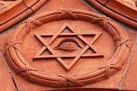 """Le symbole du """"projet humain"""" dans le film est un œil unique ! Dans le film, les humains ne peuvent plus avoir d'enfants, le projet humain est un cercle de scientifiques """"humanistes"""" qui vit caché sur un bateau figurant l'arche de Noé. Le projet humain est le symbole de la volonté du Graal Noir de diminuer la population mondiale drastiquement ( 90%...) et de sélectionner par Eugénisme les futurs êtres humains, qui, modifié génétiquement selon les postes à occuper dans le système, seront pucés ( RFID 666) et entièrement sous contrôle du Graal Noir et ce, avant même leur naissance."""