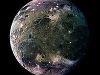 Ganymède à donné son nom à une lune de Jupiter. C'est Galilée qui la nomma ainsi, et ho, surprise, les photos dont nous disposons de cette lune furent prises par la sonde...Galileo. Autant vous dire qu'il n'y a pas de sonde Galileo et qu'il s'agit d'un photomontage opéré par un artiste de la Nasa,  franc maçon et défoncé aux psychotropes.