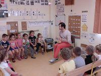 Classe maternelle : jeudi 15 juin nous avons reçu dans notre classe Vincent PIANINA, auteur-illustrateur. Nous avions lu deux albums de lui : Le magicien et Le chat le plus mignon du monde. Vincent nous a appris à dessiner des visages.