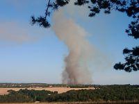Mardi 21 juillet : le feu a repris. Sur ces images, on voit que le vent a subitement changé de direction, portant le feu vers des zones qui avaient échappé au sinistre