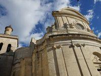 La cathédrale Saint Théodorit et la tour Fenestrelle. Et à l'opposé de la cité, l'église Saint-Etienne (façade baroque)